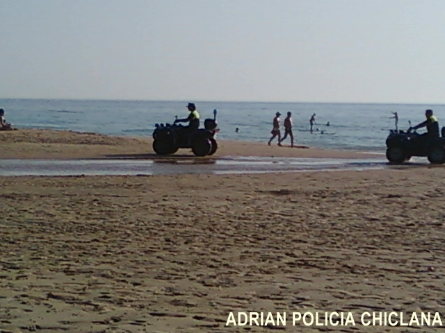 Policia local de Chiclana de la Fra. patrullando la playa en quad